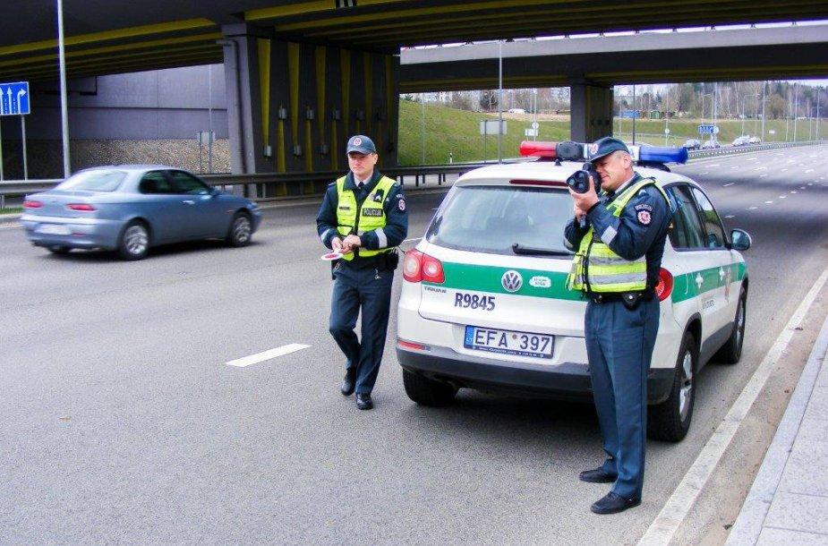 Policijos pareigūnai matuoja greitį ir tikrina vairuotojų dokumentus