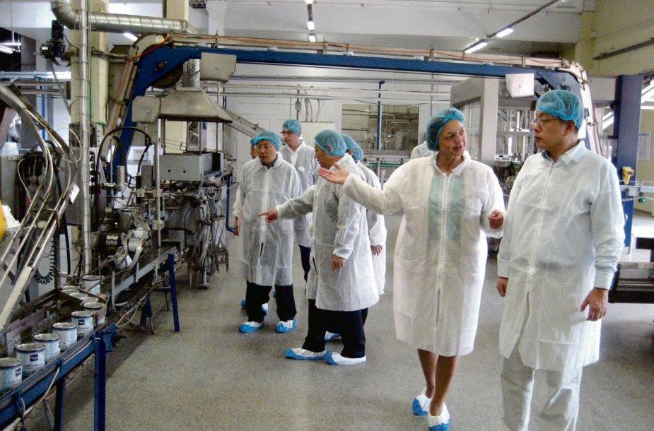 """Kinų delegacija lankėsi """"Marijampolės pieno konservuose"""", kur stebėjo visą gamybos procesą."""