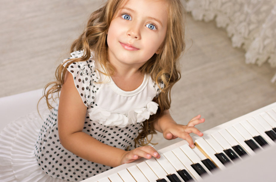 Pianinu grojanti mergaitė