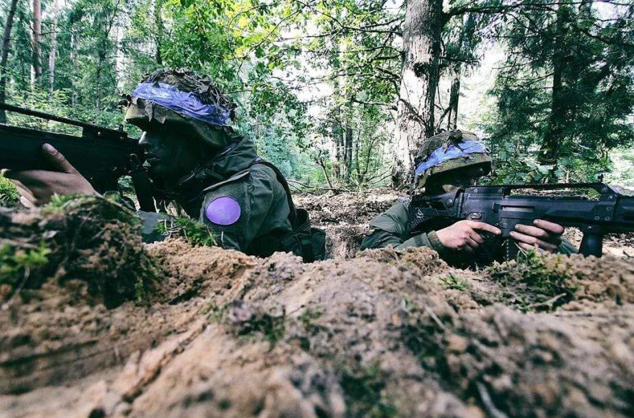 Mantas Kasparavičius (dešinėje) atlieka karinę tarnybą