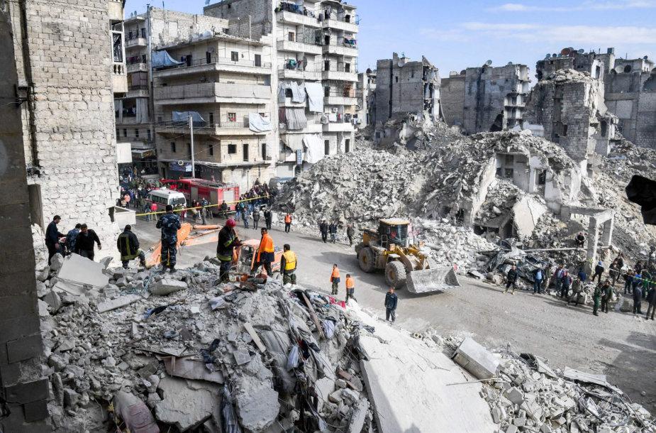 Sugriuvus pastatui žuvo 11 žmonių.