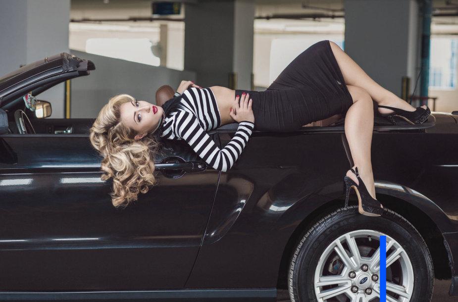 Mergina prie automobilio