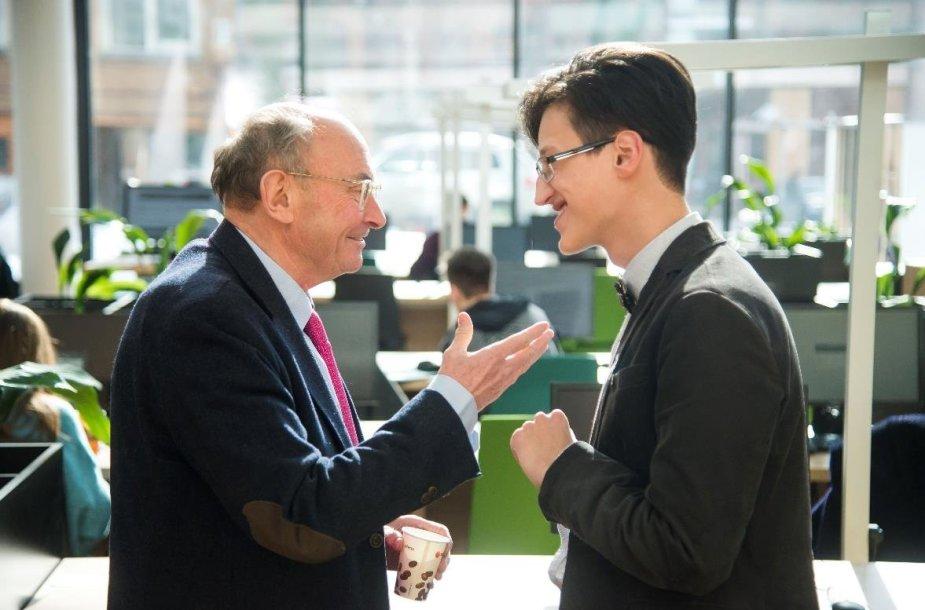 """T.Mickevičius su prof. D.Wolton (Paryžiaus Nacionalinio mokslinių tyrimų centro (CNRS) direktorius, mokslo žurnalo """"Hermes"""" steigėjas)."""