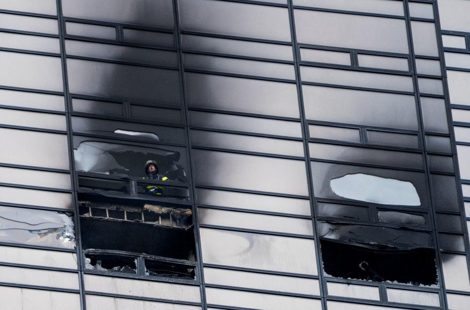 """Per gaisrą dangoraižyje """"Trump Tower"""" žuvo žmogus"""