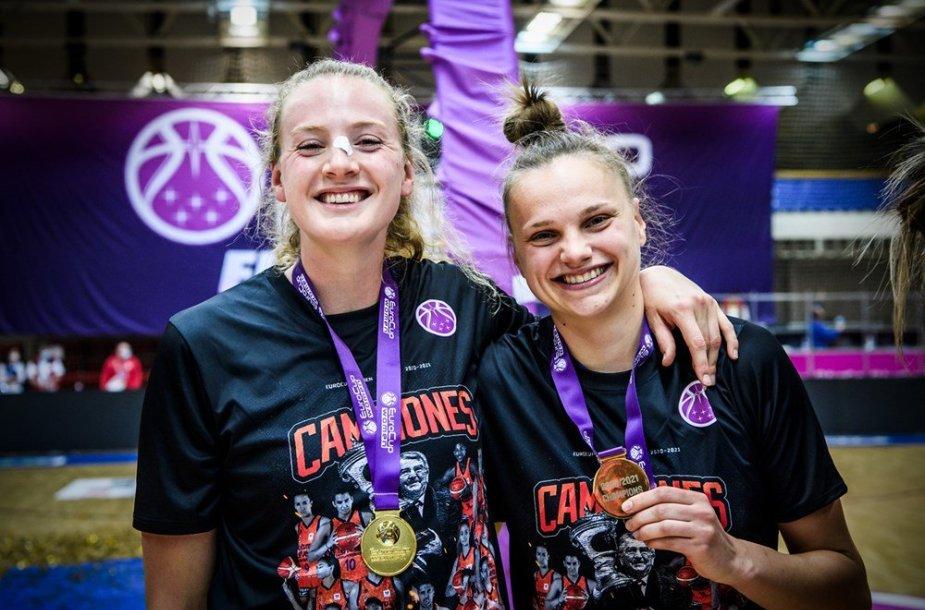 """Laura Juškaitė (dešinėje) su """"Valencia"""" komanda triumfavo FIBA taurės turnyre."""