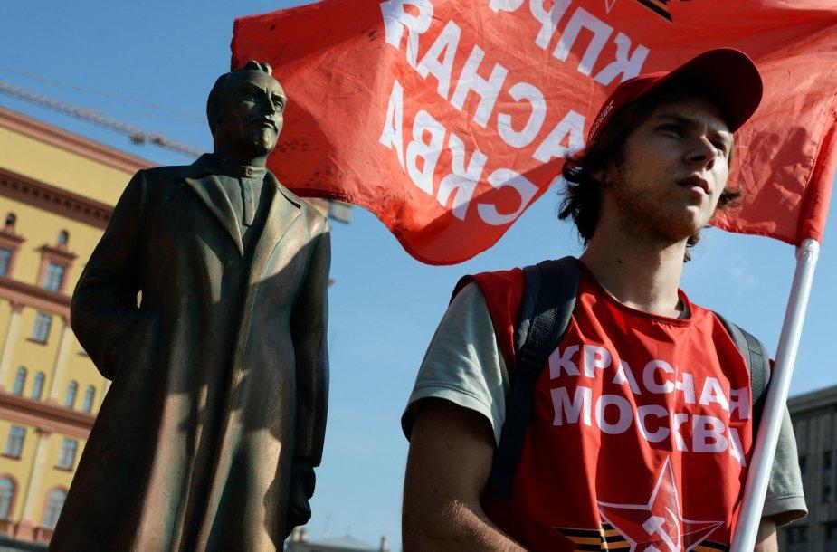 Rusijos komunistų partijos rėmėjas prie F.Dzeržinsko paminklo