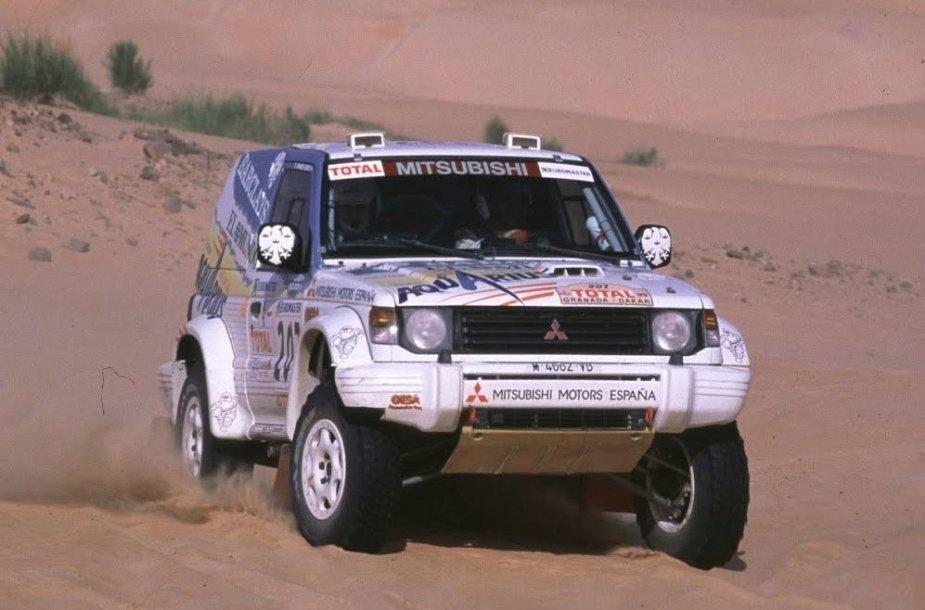 1999-ųjų Dakaro ralis buvo nenuspėjamas su atšauktais etapais, apiplėšimais ir audringa kova tarp lyderių. (Stop kadras)