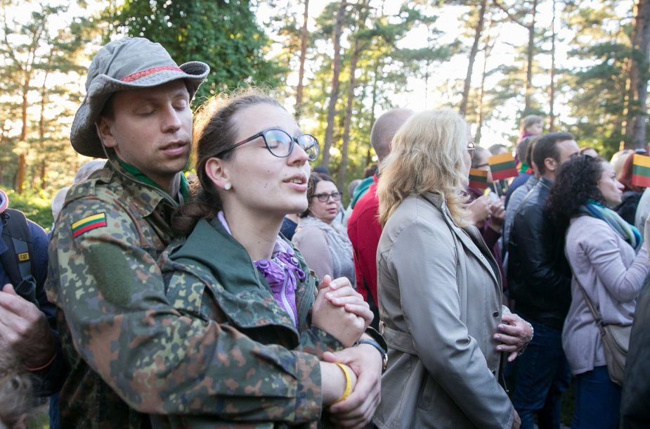Susirinkusieji giedojo Lietuvos himną.