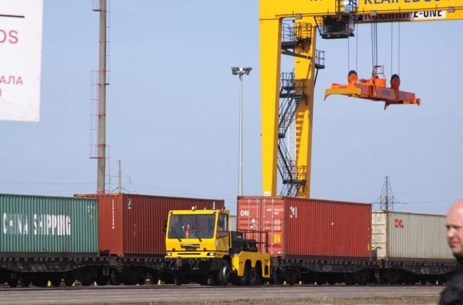"""Bendrovė """"Klaipėdos konteinerių terminalas"""" įsigijo naują kraną."""