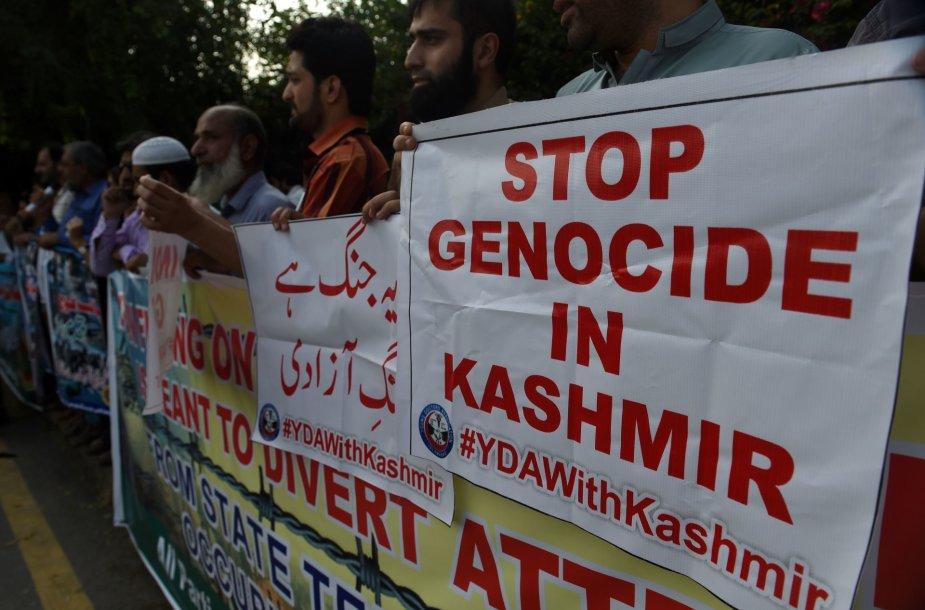 Prieš Indijos veiksmus protestuojantys pakistaniečiai