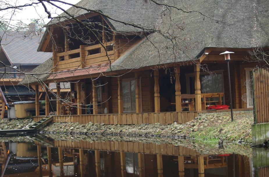 Mero namas Latežeryje tiesiog įbrodęs į upę