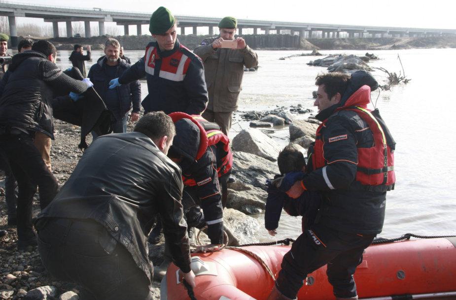 Turkijoje nuskendo trys per upę į Graikiją kėlęsi migrantai