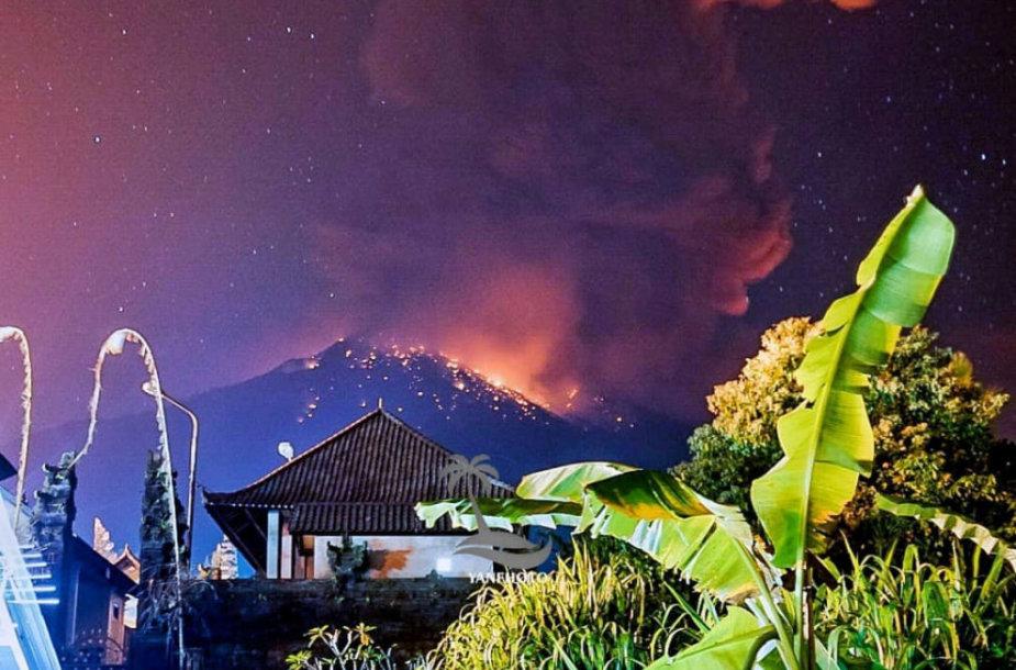 Balyje esančio Agungo ugnikalnio išsiveržimas