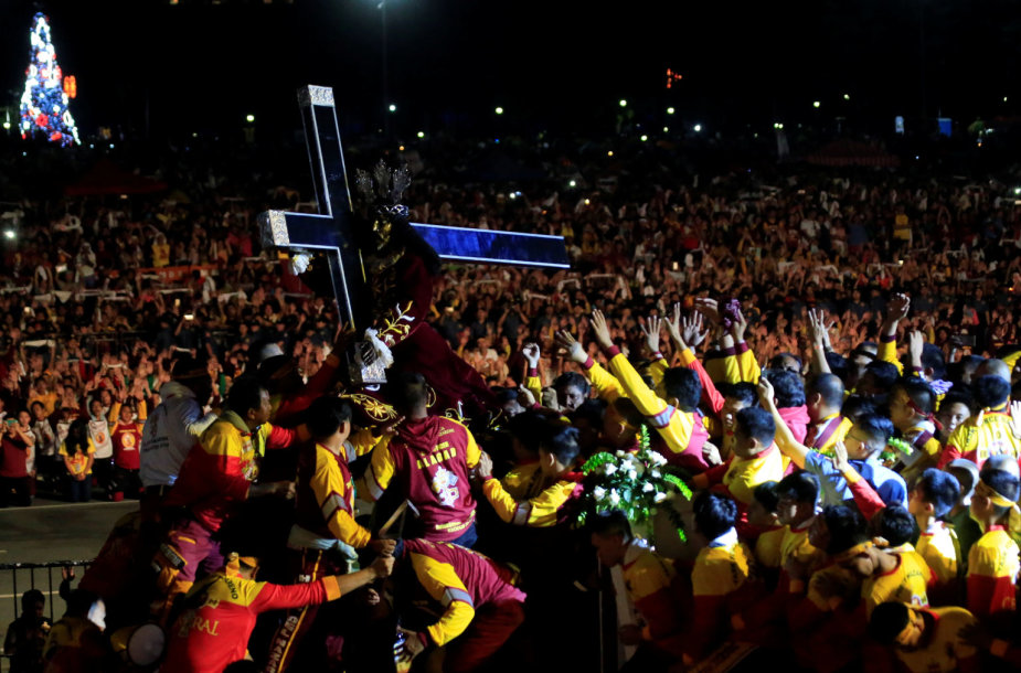 Maniloje vykstanti Juodojo Nazariečio vežiojimo procesija