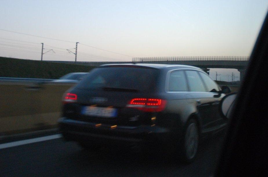 "Asociatyvinė iliustracija: lekiantis ""Audi"" automobilis"