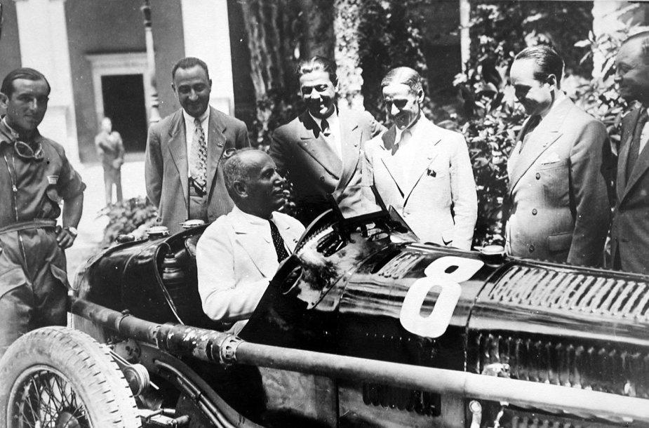 """Benito Mussolini """"Alfa Romeo"""" lenktyniniame automobilyje"""