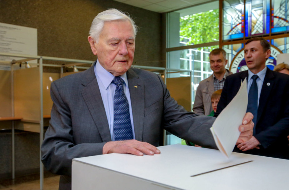 Valdas Adamkus balsavo prezidento rinkimuose
