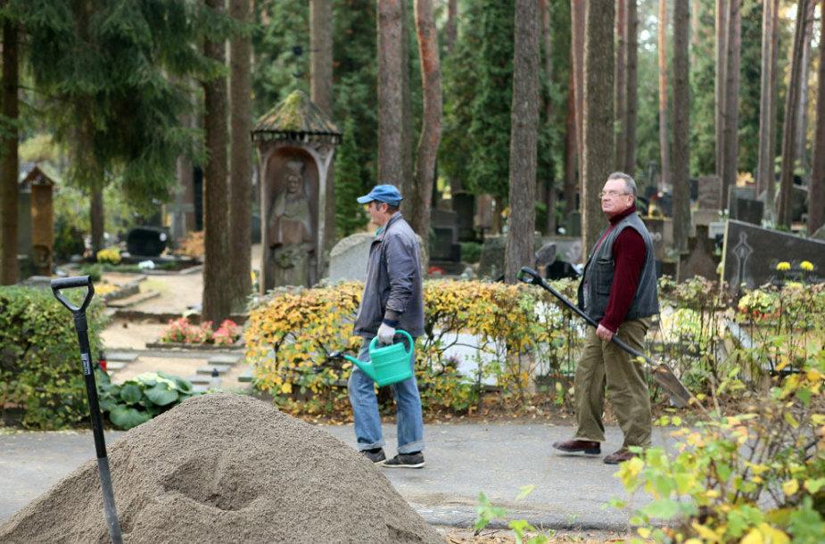 Darbai kapinėse