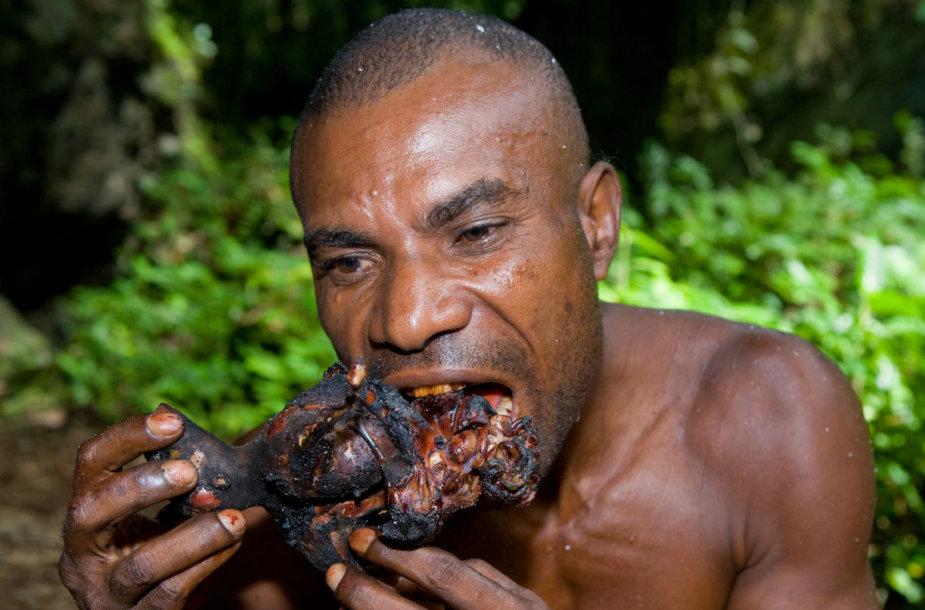 Yaffi genties vyras valgo mėsą