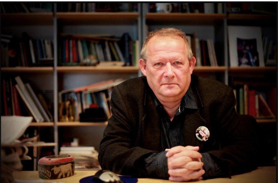"""Įžymiam Lenkijos visuomenės veikėjui, žurnalistui, eseistui ir politikos publicistui, dienraščio """"Gazeta Wyborcza"""" vyriausiajam redaktoriui p. Adamui Michnikui nutarta suteikti Klaipėdos universiteto Garbės daktaro vardą už nuopelnus demokratijos plėtrai, pozityvaus dialogo tarp lietuvių ir lenkų ta"""
