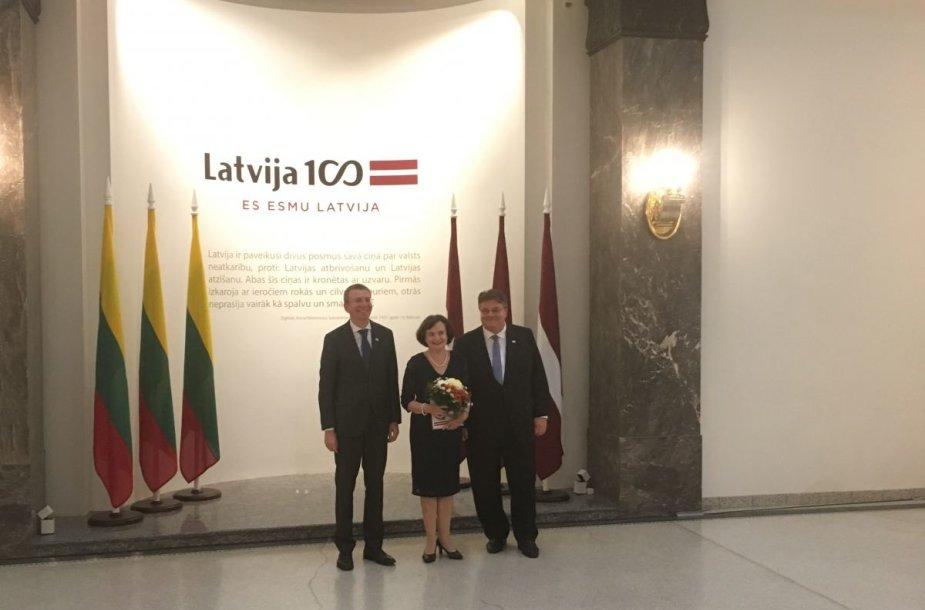 Rygoje kalbininkei Laimutei Baluodei įteiktas Baltų apdovanojimas.