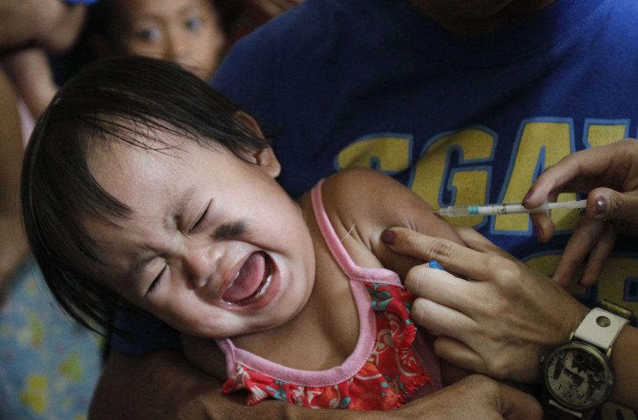 Vaikui švirkščiama vakcina nuo tymų