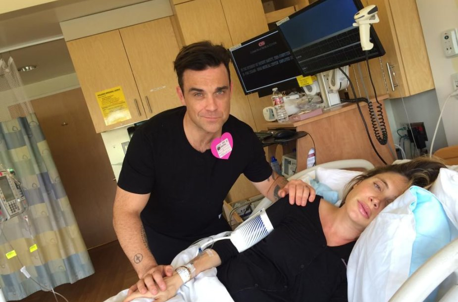 Robbie Williamsas su žmona Ayda Field gimdymo palatoje