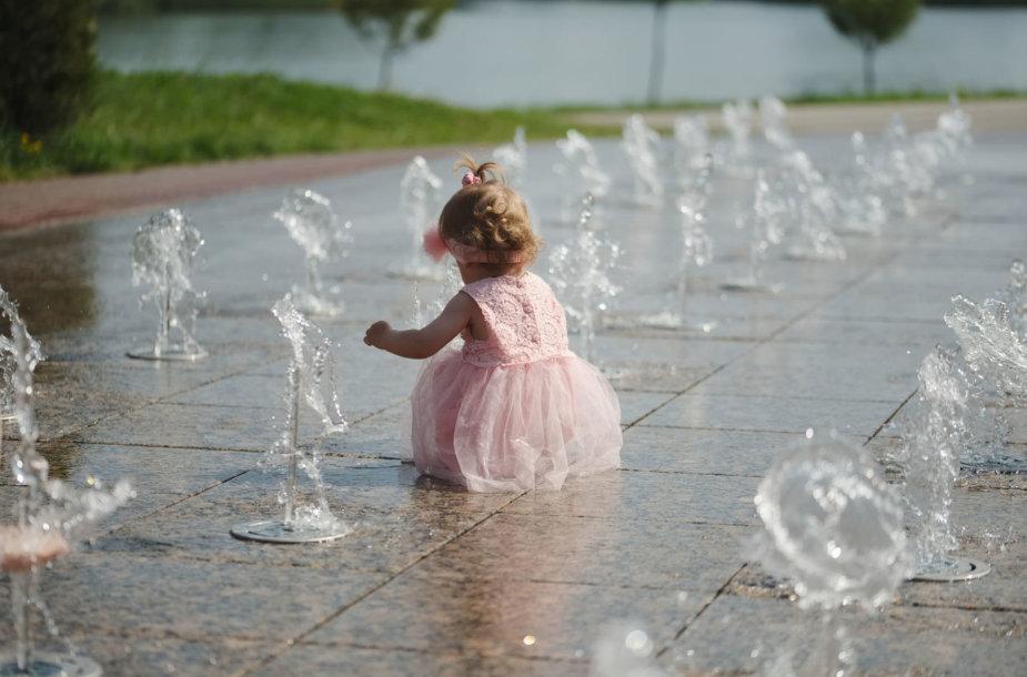 Mergaitė prie fontanų