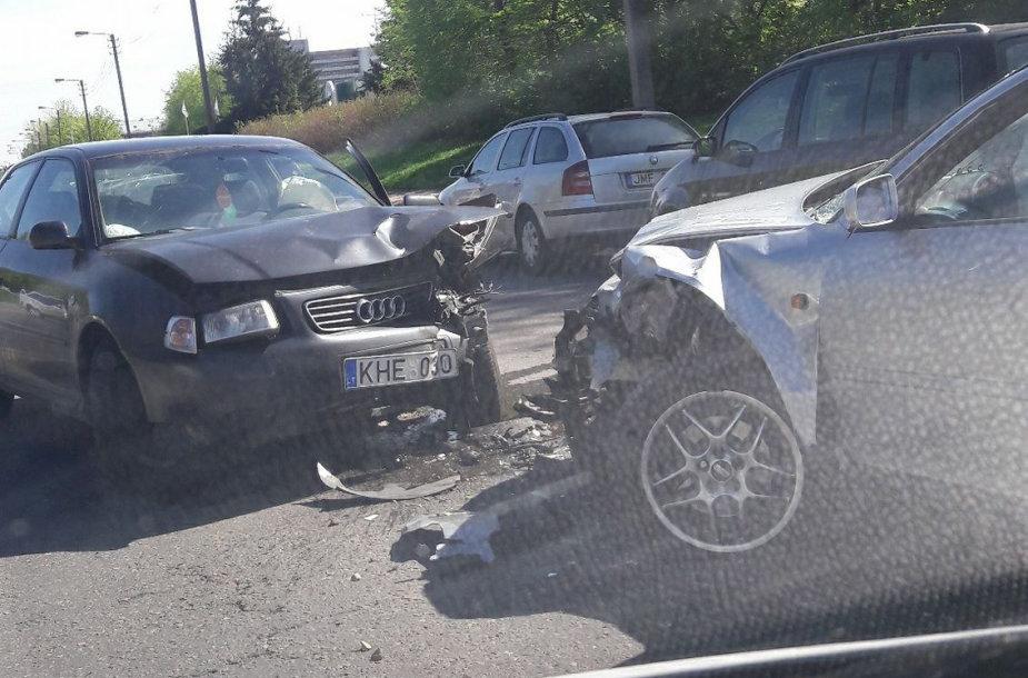 """""""Audi"""" automobilių avarija"""