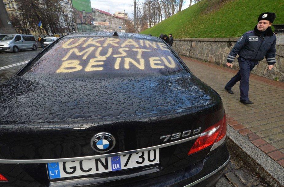 Neramumų krečiamoje Ukrainoje – BMW iš Lietuvos.