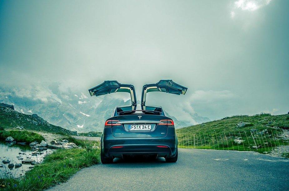 """""""Tesla Model X"""" - vienas populiariausių ir įdomiausių elektromobilių rinkoje"""