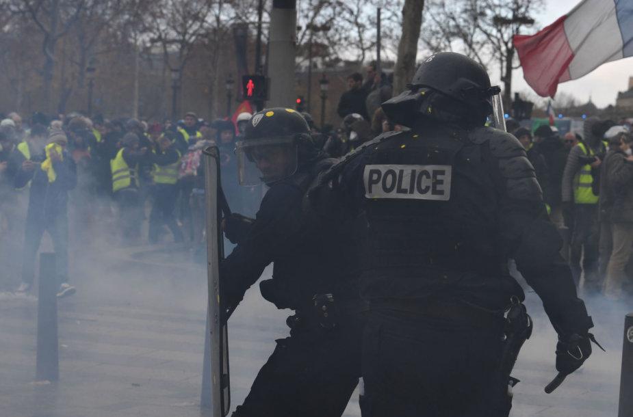 Policija Paryžiuje panaudojo ašarines dujas.
