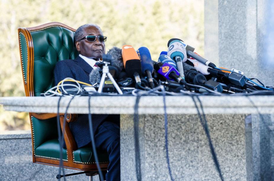 Mirė buvęs Zimbabvės prezidentas Robertas Mugabe | 15min lt
