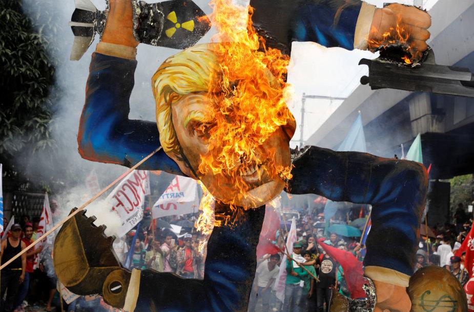Prieš D.Trumpą nusiteikę protestuotojai Maniloje išvaikyti vandens patrankomis