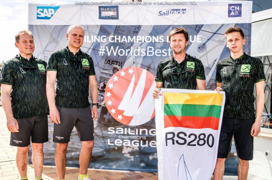 """Lietuvos atstovų komandos """"RS280"""" įgula (iš kairės): Deividas Galaburda, Raimundas Daubaras, Saulius Pajarskas, Vėjas Pajarskas"""