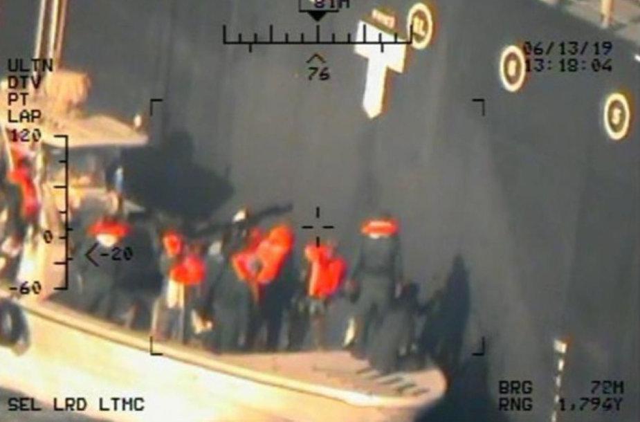 """JAV paskelbė daugiau nuotraukų, įrodančių, kad iraniečiai nuo tanklaivio """"Kokuka Courageous"""" korpuso nuėmė nesprogusią miną"""
