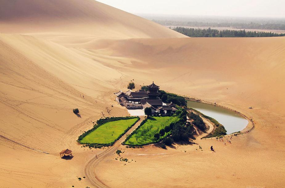 Pusmėnulio formos ežero oazė, Kinija