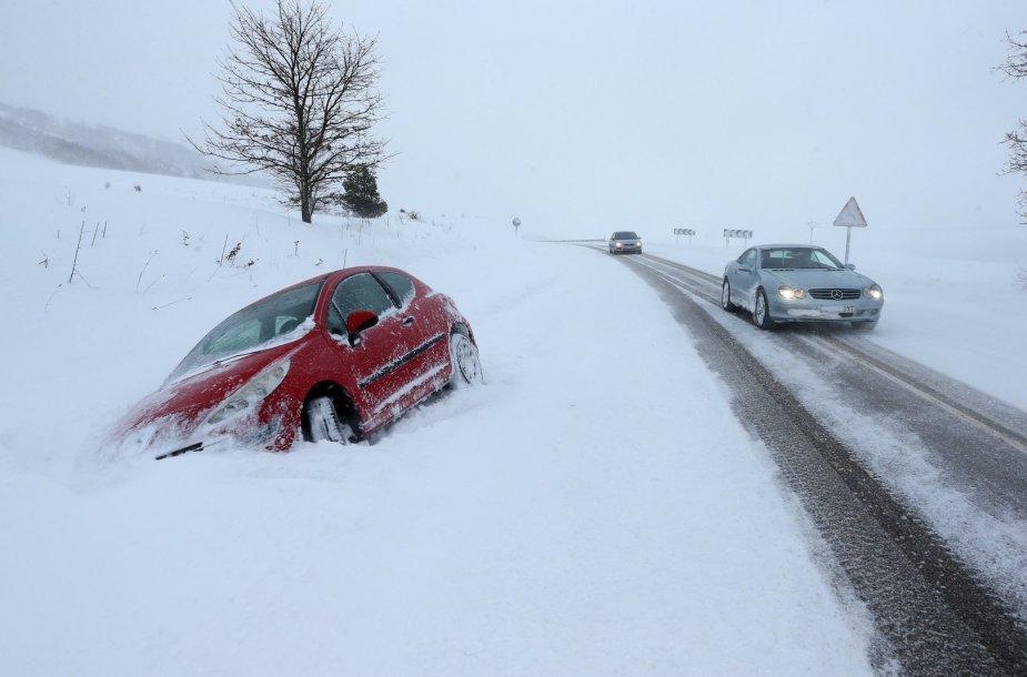 Ispanijos šiaurėje nuo slidaus kelio nuslydęs automobilis