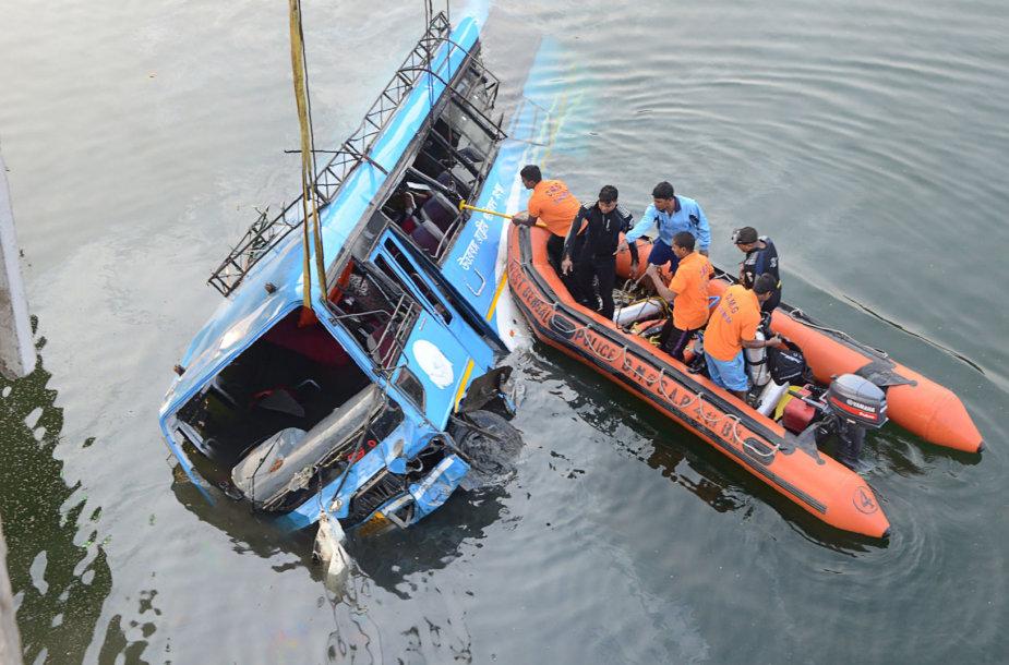 Indijoje į kanalą nulėkė autobusas