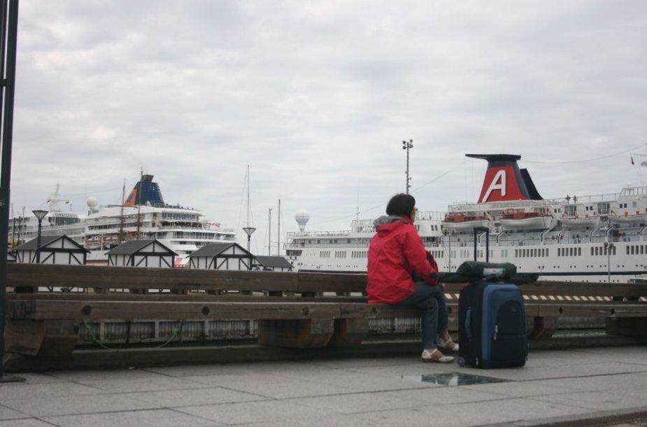 Kruizinių laivų terminale pirmadienio rytą prisišvartavo du didžiuliai kruiziniai laivai, trečiasis prisšvartavo KLASCO teritorijoje.