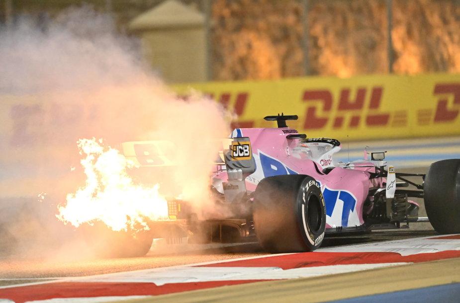 Bahreino Formulės 1 Grand Prix sudrebino dvi avarijos, užsodegė Sergio Perezo variklis