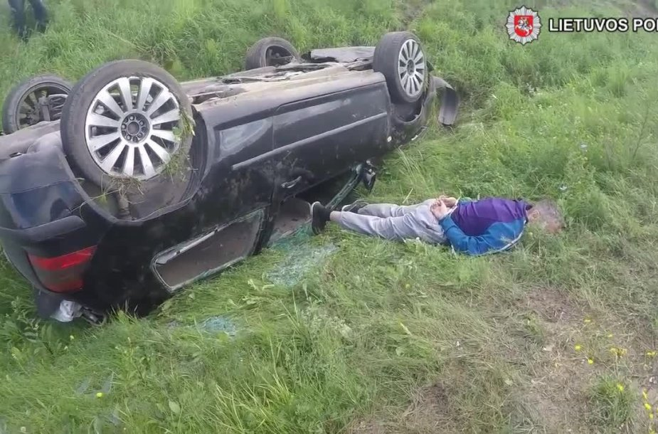 Sulaikytas nuo kelio nuvažiavęs nuo narkotinių medžiagų apsvaigęs vairuotojas