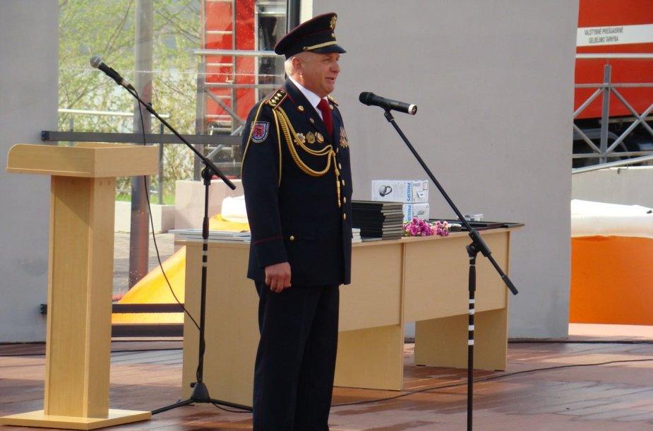 Su tarnyba atsisveikinęs ilgametis Telšių priešgaisrinės gelbėjimo valdybos viršininkas Rimaldas Paulauskas.