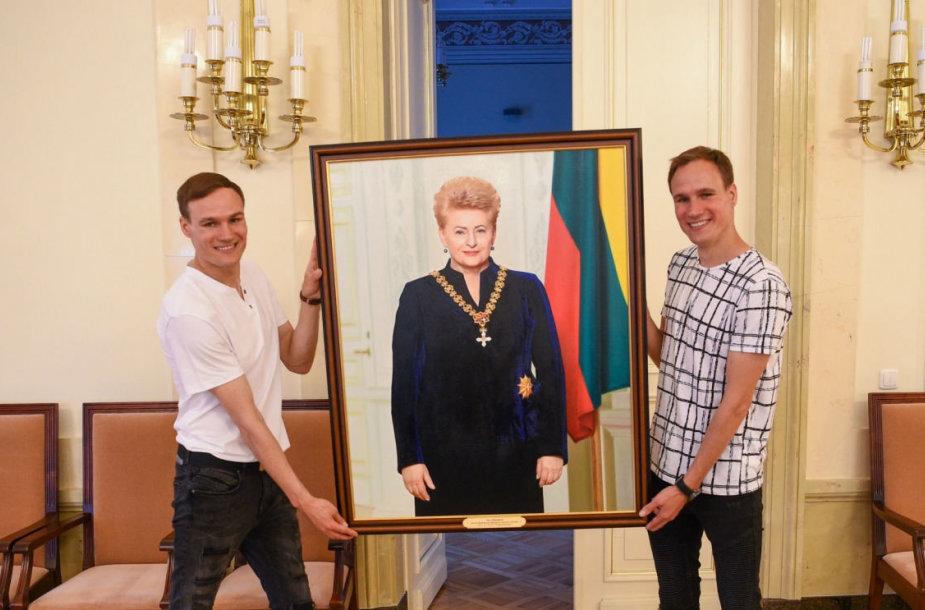 Lietuvos prezidentūroje pakabintas brolių alytiškių Remigijaus ir Algirdo Gataveckų nutapytas prezidentės Dalios Grybauskaitės paveikslas.