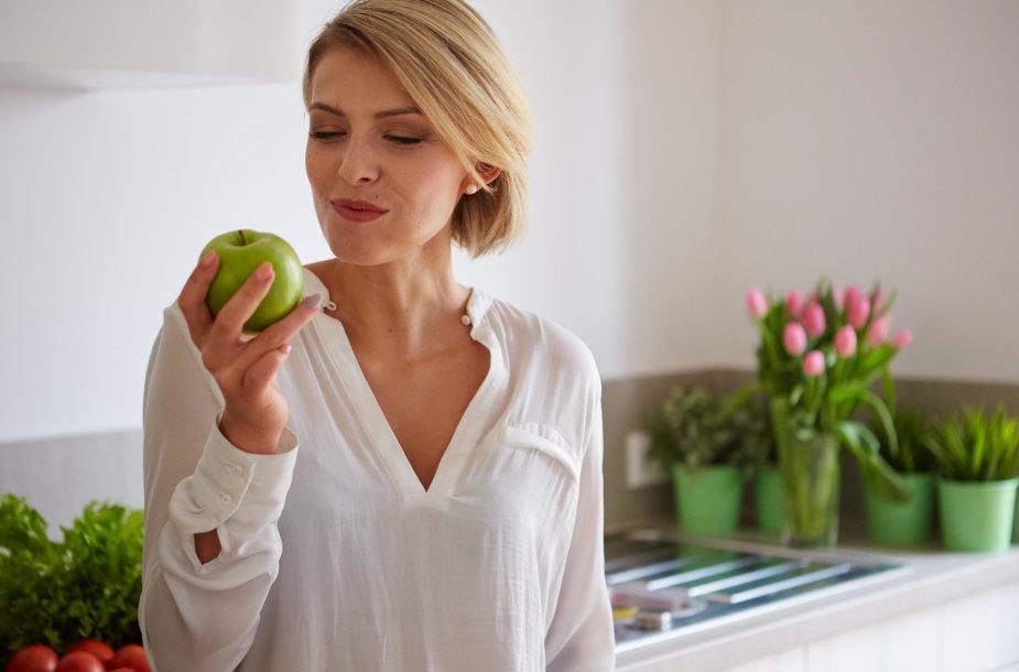 Moteris valgo obuolį