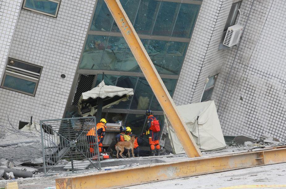 Taivane po žemės drebėjimo bandoma sutvirtinti pasvirusius pastatus