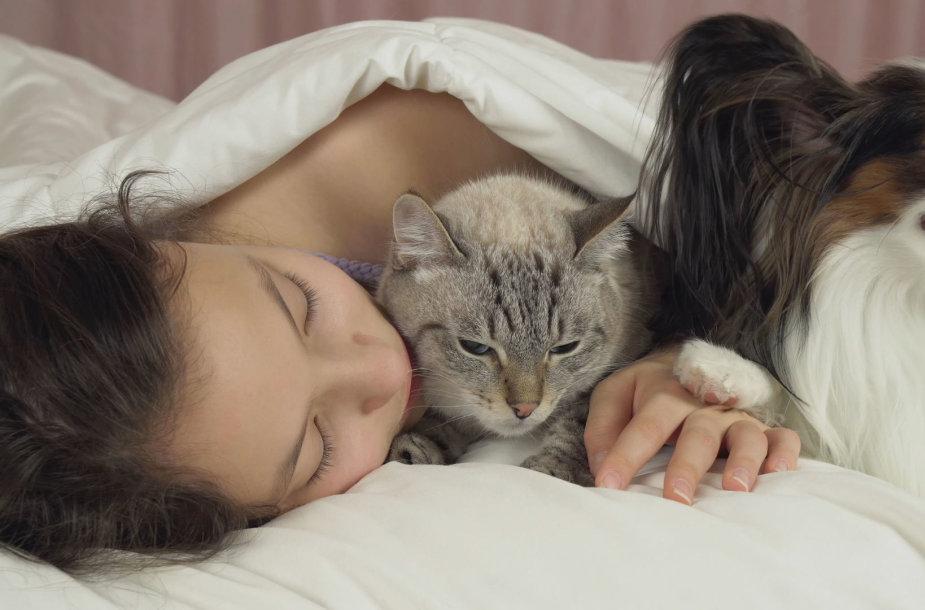 Mergina miega su augintiniais
