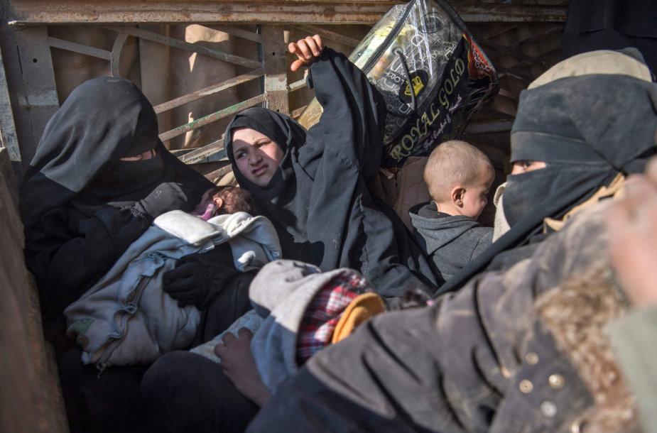 Civiliai bėga iš paskutinės IS kontroliuojamos teritorijos Sirijoje