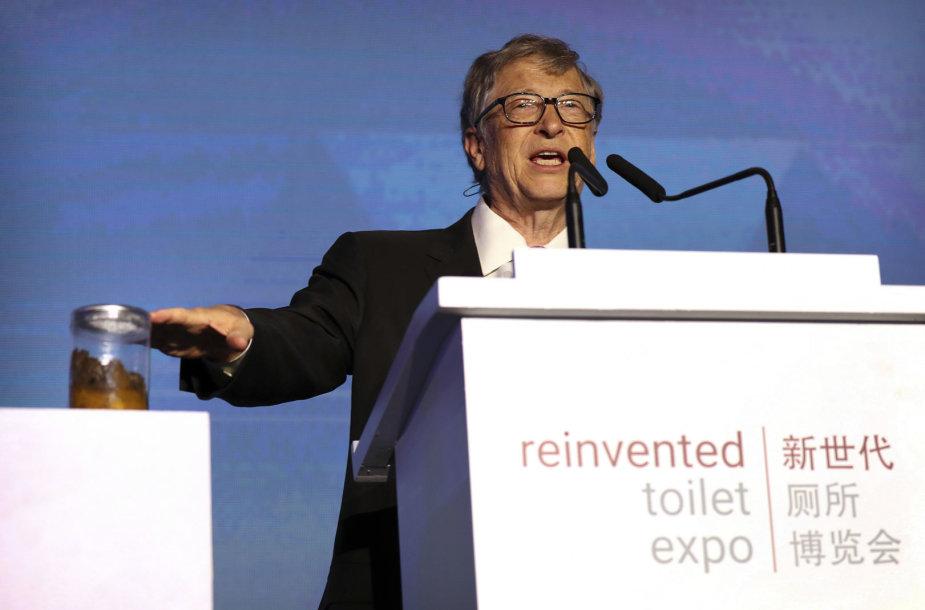 Billas Gatesas parodoje Kinijoje demonstruoja bakterijų, virusų ir kirmėlių kupiną išmatų stiklainį