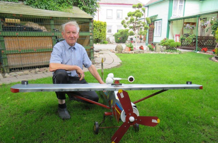Meilę aviacijai vilkaviškietis Jonas Mareckas įprasmina gamindamas lėktuvų modelius